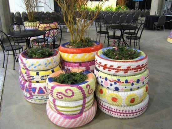 Vasos coloridos com pneus