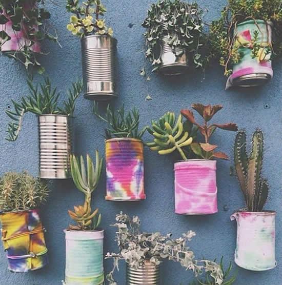 Lindo jardim vertical com latas