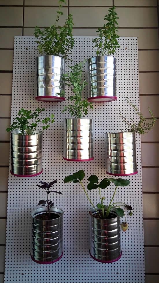 Latas recicladas para fazer jardim vertical