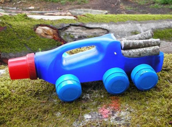 Carrinho de Brinquedo com Reciclagem no Dia das Crianças