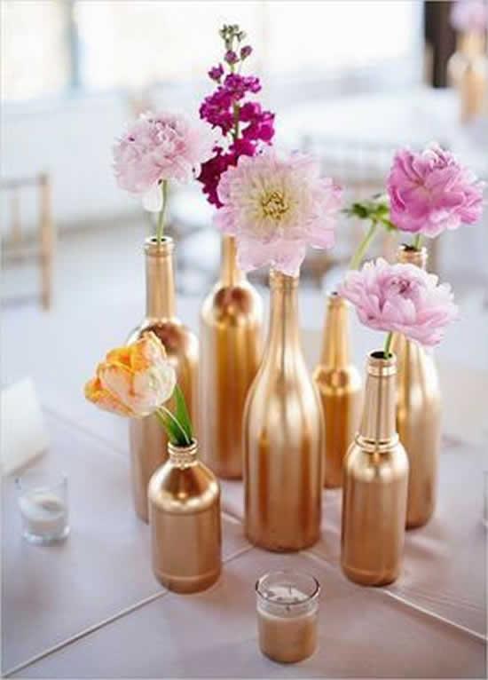 Centros de mesa com garrafas decoradas