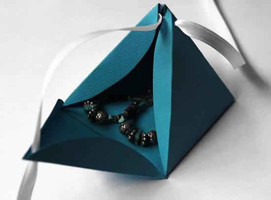 Caixinha pirâmide de papel com moldes