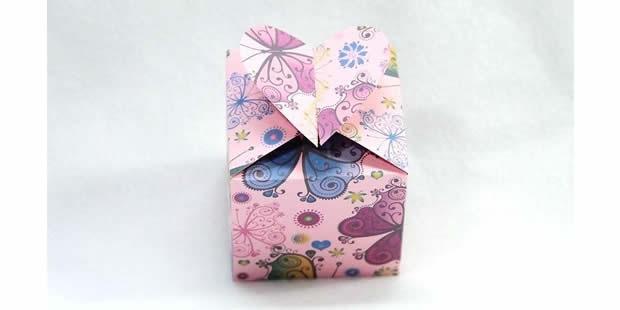 Caixinha de papel delicada com coração com molde