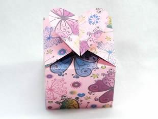 Caixinha de papel delicada com coração