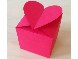 Caixa de papel com fecho de coração