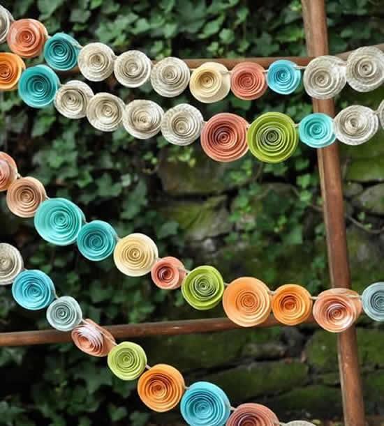 Guirlanda com flores de papel