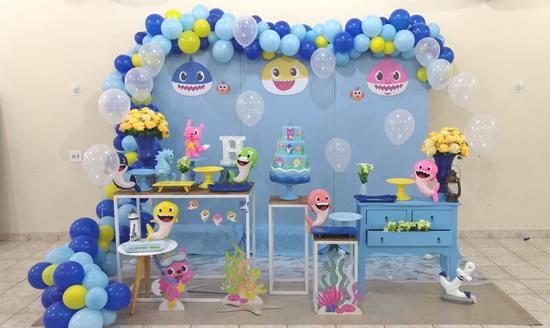 Mesa decorada para festa Baby Shark