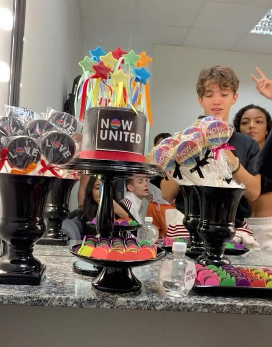 Mesa decorada para Festa Now United