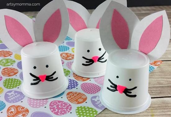 Coelhinhos com copos para Páscoa
